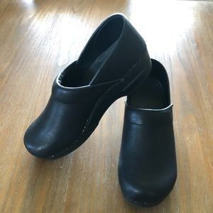 SANITA Classic Closed Clogs in matte black